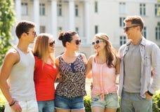 Gruppo di amici sorridenti all'aperto Immagini Stock