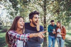 Gruppo di amici sorridenti all'aperto in parco Fotografie Stock