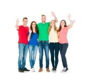 Gruppo di amici sorridenti che abbracciano insieme Immagini Stock Libere da Diritti