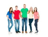 Gruppo di amici sorridenti che abbracciano insieme Immagine Stock Libera da Diritti