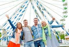 Gruppo di amici sorridenti che ondeggiano le mani Fotografie Stock