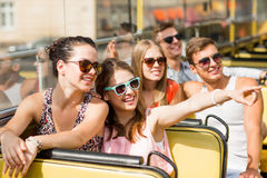 Gruppo di amici sorridenti che viaggiano in bus di giro