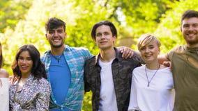 Gruppo di amici sorridenti felici al parco di estate video d archivio