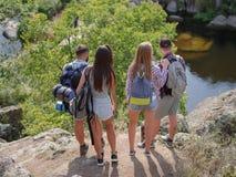 Gruppo di amici sulla passeggiata attraverso la campagna insieme fotografia stock