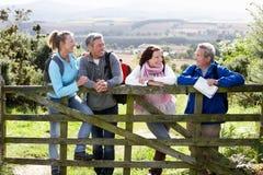 Gruppo di amici sulla passeggiata del paese Fotografia Stock Libera da Diritti