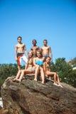 Gruppo di amici teenager sulla spiaggia Fotografia Stock Libera da Diritti