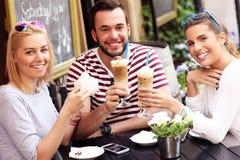 Gruppo di amici in un caffè Immagini Stock Libere da Diritti