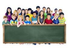 Gruppo di amicizia di diversità di concetto della lavagna di istruzione dei bambini Fotografia Stock Libera da Diritti
