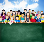Gruppo di amicizia di diversità di concetto della lavagna di istruzione dei bambini Fotografia Stock