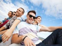 Gruppo di andar in giroe degli adolescenti fotografie stock