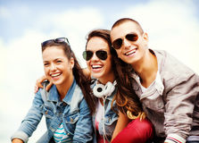 Gruppo di andar in giroe degli adolescenti Immagini Stock Libere da Diritti