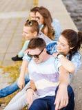 Gruppo di andar in giroe sorridente degli adolescenti Immagine Stock