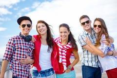 Gruppo di andar in giroe sorridente degli adolescenti Fotografie Stock Libere da Diritti