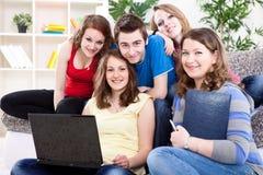 Gruppo di anni dell'adolescenza con il computer portatile Fotografie Stock Libere da Diritti