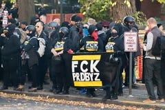 """Gruppo di Antifa con """"l'insegna di FCK PRDBYZ """" fotografia stock libera da diritti"""