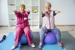 Gruppo di anziani che fanno gli esercizi Immagini Stock Libere da Diritti