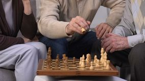 Gruppo di anziani che giocano scacchi alla casa di cura, godente insieme del tempo libero archivi video
