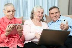 Gruppo di anziani Gruppo di gente più anziana divertendosi nella comunicazione con la famiglia su Internet in fotografia stock