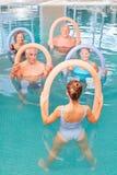 Gruppo di anziani nel corso di forma fisica dell'acqua Fotografia Stock