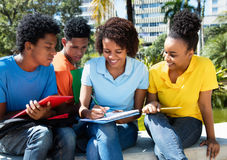 Gruppo di apprendimento maschio afroamericano e delle studentesse Fotografie Stock