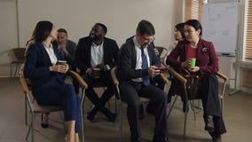 Gruppo di ascoltatori di seminario durante la pausa caffè stock footage
