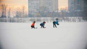 Gruppo di atleti che si scaldano e che allungano prima dell'esercizio nella foresta di inverno stock footage