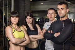 Gruppo di atleti che stanno nella palestra fotografia stock