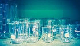 Gruppo di attrezzatura chimica vuota della vetreria per laboratorio Fotografie Stock