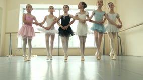 Gruppo di ballerine che provano prima della prestazione stock footage
