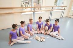 Gruppo di ballerine teenager che si siedono sul pavimento Fotografia Stock Libera da Diritti