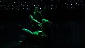 Gruppo di ballerini contemporanei che eseguono in scena stock footage
