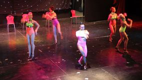 Gruppo di ballerini contemporanei che eseguono in scena archivi video