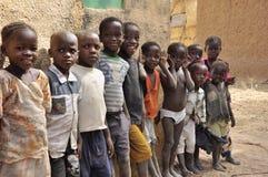 Gruppo di bambini africani al banco Fotografia Stock