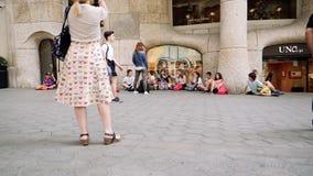Gruppo di bambini alla base di La Pedrera che mangia spuntino video d archivio