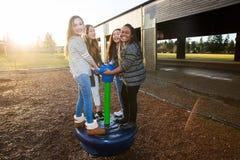 Gruppo di bambini attivi che giocano fuori al campo da giuoco della scuola Fotografia Stock Libera da Diritti