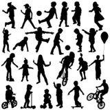 Gruppo di bambini attivi, sillhouettes disegnati a mano del playin dei bambini Fotografia Stock