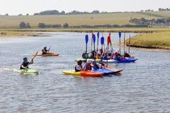 Gruppo di bambini in canoa nelle sette sorelle parco nazionale Immagini Stock Libere da Diritti