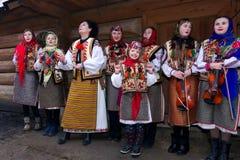 Gruppo di bambini che cantano i canti natalizii del hutsul fotografia stock