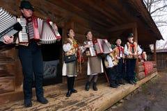 Gruppo di bambini che cantano i canti natalizii del hutsul fotografie stock