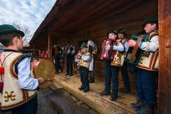Gruppo di bambini che cantano i canti natalizii del hutsul immagine stock libera da diritti