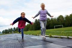 Gruppo di bambini che corrono all'arrivo Immagini Stock