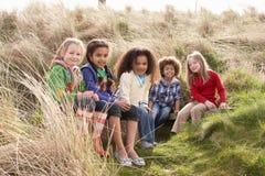 Gruppo di bambini che giocano insieme nel campo Fotografie Stock Libere da Diritti