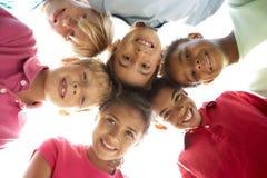 Gruppo di bambini che giocano nella sosta Fotografie Stock