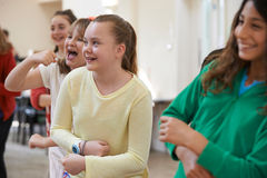 Gruppo di bambini che godono insieme della classe di dramma fotografia stock
