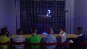 Gruppo di bambini che guardano l'esperimento con la bobina di Tesla musicale archivi video
