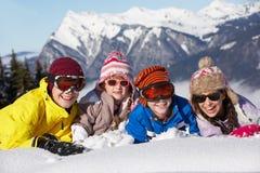 Gruppo di bambini che hanno divertimento in montagne Immagine Stock