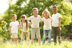 Gruppo di bambini che huddling nel parco fotografie stock