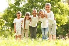 Gruppo di bambini che huddling nel parco immagini stock libere da diritti