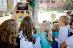 Gruppo di bambini che imparano fuori fotografia stock libera da diritti
