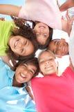 Gruppo di bambini che osservano giù nella macchina fotografica Fotografia Stock